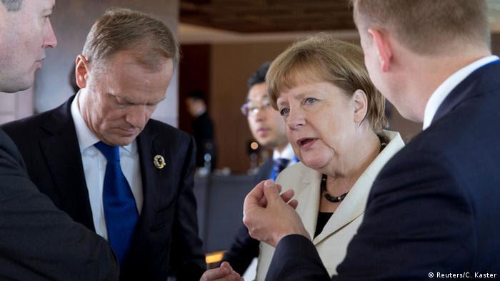 Tusk und Merkel stehen zusammen und reden (Foto: Reuters)