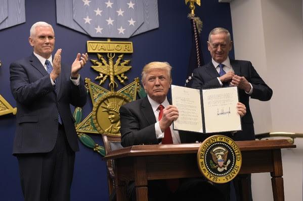 http://img.aws.la-croix.com/2017/01/27/1300820655/president-americain-Donald-Trump-signe-decretde-ceremonie-investiture-secretaire-americain-Defense-James-Mattis-presence-president-Mike-Pence-27-janvier-2017-Pentagone-Washington_0_600_398.jpg