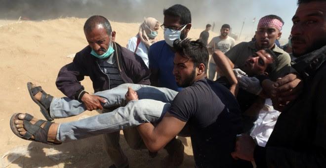 Un herido palestino es evacuado durante las protestas por el 70 aniversario de la Nakba. /REUTERS