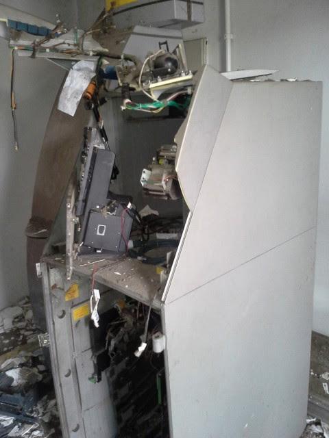 Um dos caixas eletrônicos destruídos