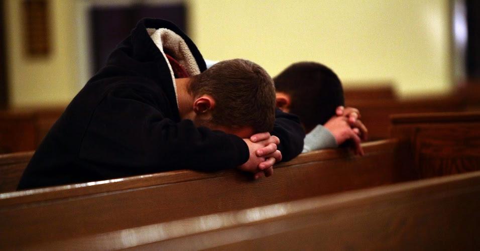Resultado de imagem para rezando igreja