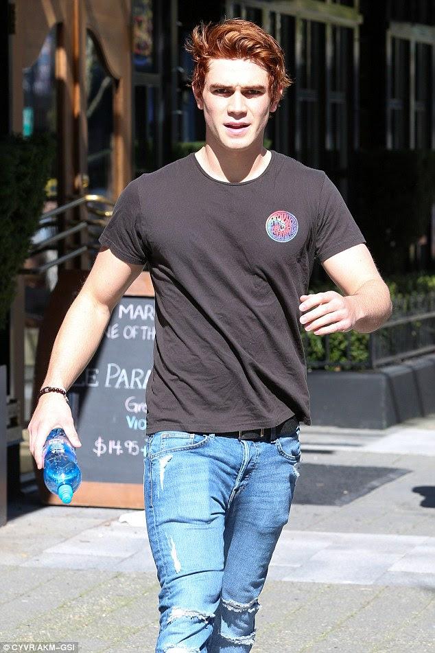 Casual: Ele optou por transformar-se em um t-shirt preto com um logotipo no estilo hippy no lado esquerdo do peito, formadores brancas e um par de jeans rasgado