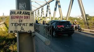 Ilustrasi. Karton bertuliskan di larang bunuh diri di jembatan Liliba