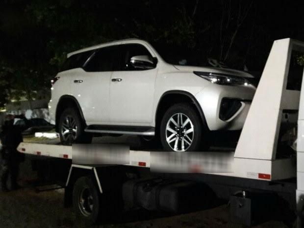 PM apreendeu uma das Hilux roubadas de caminhão-cegonha nesta terça (21) (Foto: Divulgação/PM)