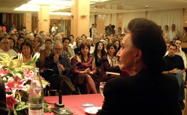 La condesa de Romanones durante una conferencia de Aula HOY en Badajoz:: HOY