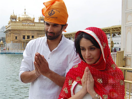 adityaroykapur.bizhat.com/wp-content/uploads/2013/09/Aditya-Roy-Kapur-Shraddha-Kapoor-at-the-Golden-temple.jpg