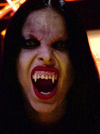 Mujer disfrazada vampiro muerde rico