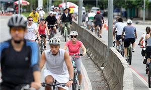 Ciclistas utilizam a ciclofaixa de lazer em trecho