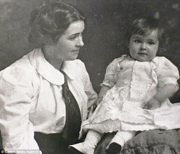 Deixado sozinho: Kate Phillips com Ellen, que nasceu 39 dias depois que o navio afundou-se e afirma que ela nasceu no Titanic