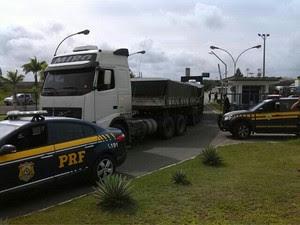 Carreta apreendida pela Polícia Rodoviária Federal (Foto: Divulgação/PRF)