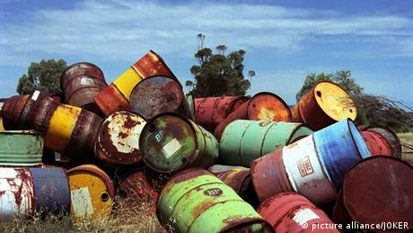 A pile of rusty oil drums in Australia Photo: picture alliance/JOKER