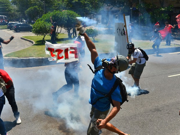 Confronto entre manifestantes e Força Nacional toma rua em frente ao Hotel Windsor Barra, devido ao leilão do pré-sal (Foto: Christophe Simon/AFP)