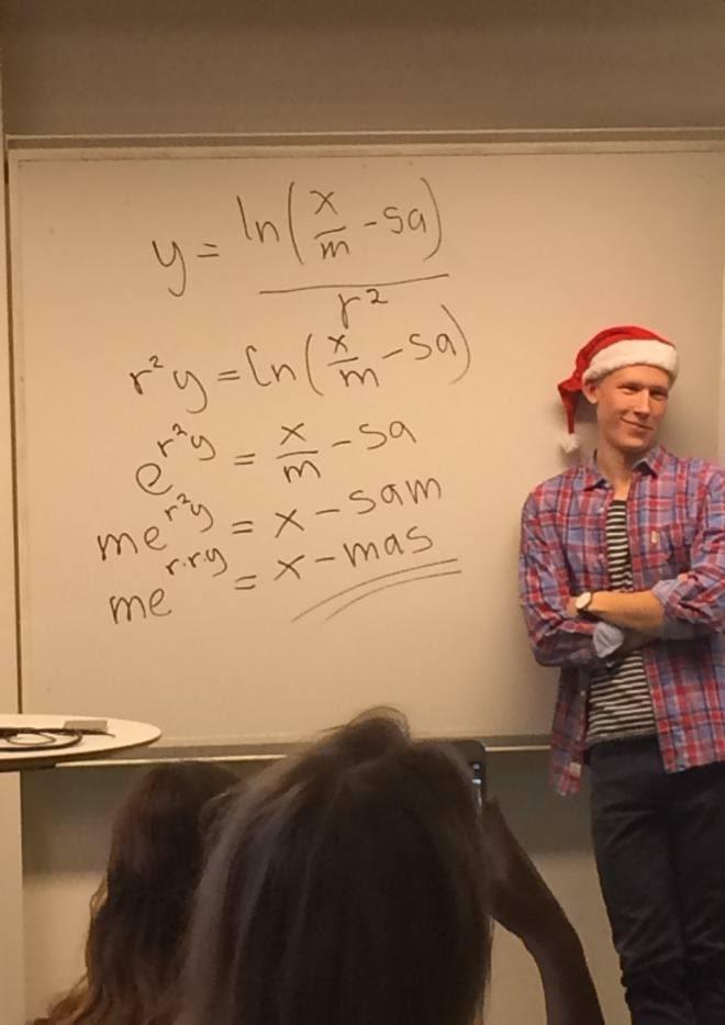 Professor escribint una formula matemàtica que dona: me elevat a rry = X-mas