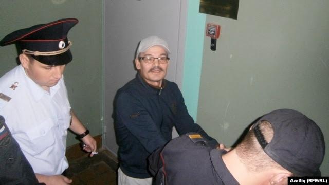 Рәфис Кашапов мәхкәмә коридорында