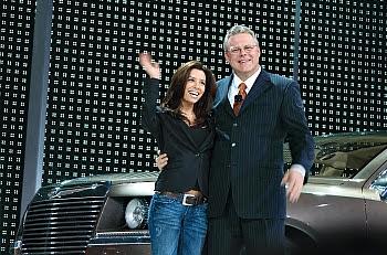 Eva Longoria und Chrysler-Chef Tom LaSorda bei der Detroit Autoshow 2006 © Cornelia Schaible