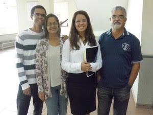 Renata Cézar com sua família no dia da defesa de seu TCC (Foto: Arquivo Pessoal/ Renata Cézar)