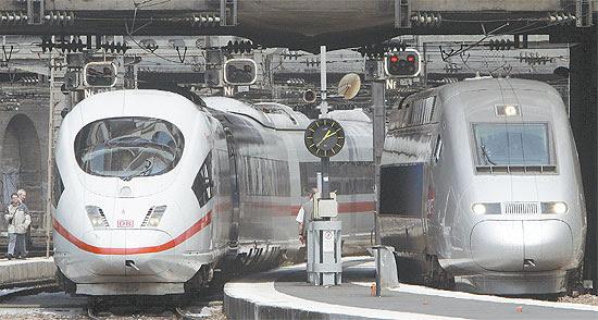 Dois trens de alta velocidade, o alemão, à esqerda, e o francês, à direita, na Gare de l'Est, em Paris