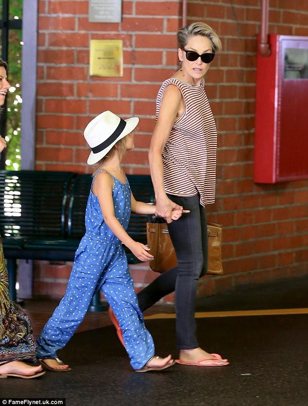 Com um pouco de amigo: A ex-rainha da beleza levou uma menina para uma sessão de manicure em Beverly Hills em julho