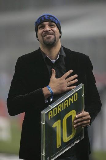 Adriano agradece apoio da torcida do Inter no San Siro (Foto: EFE)