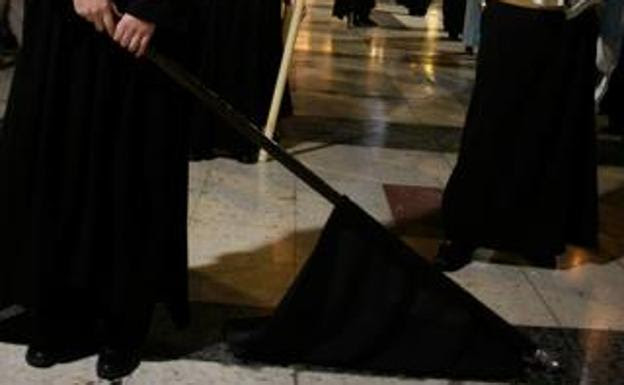 Quitasangres en la procesión del Descendimiento.