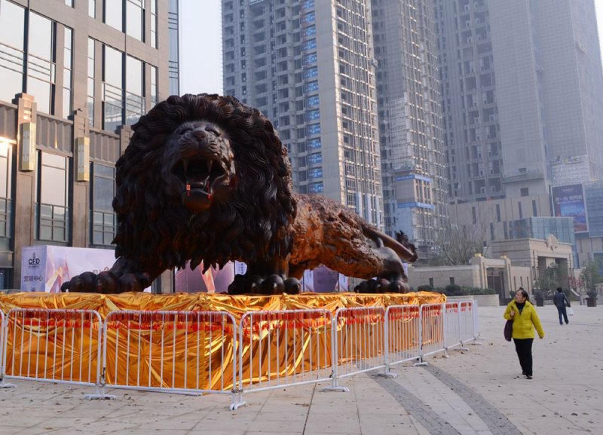 Escultura gigante de um leão levou 3 anos para ser esculpida em único tronco de sequóia por 20 pessoas 05