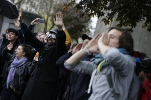 Des manifestants se sont rassemblés à proximité du Musée de l'Homme, où se déroulait l'émission avec François Hollande.