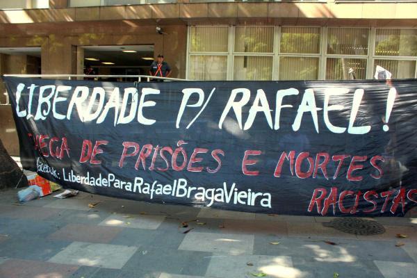 Ativistas da Campanha Pela Liberdade de Rafael Braga fazem manifestação em frente ao TJ-RJ. / Foto: Luiza Sansão