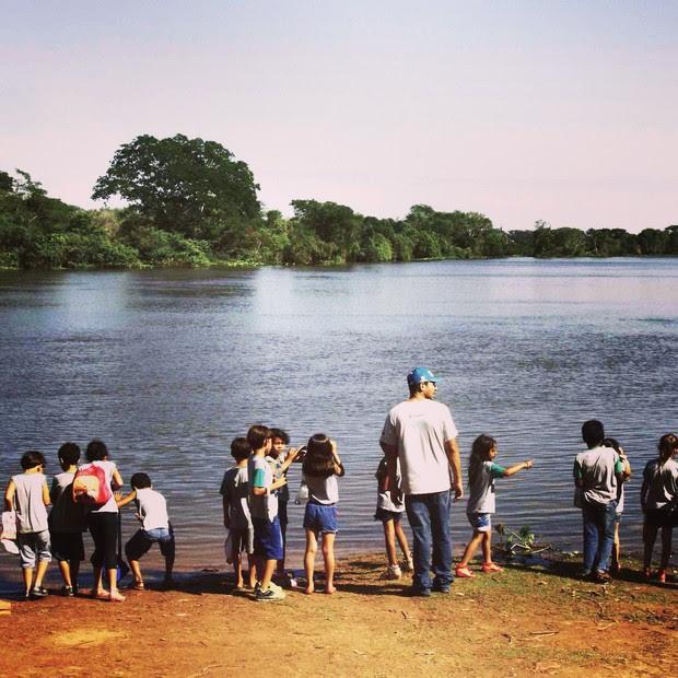 Crianças visitam o rio Paraguai com os instrutores de educação ambiental do Projeto Bichos do Pantanal  (Foto: Divulgação/ Projeto Bichos do Pantanal)