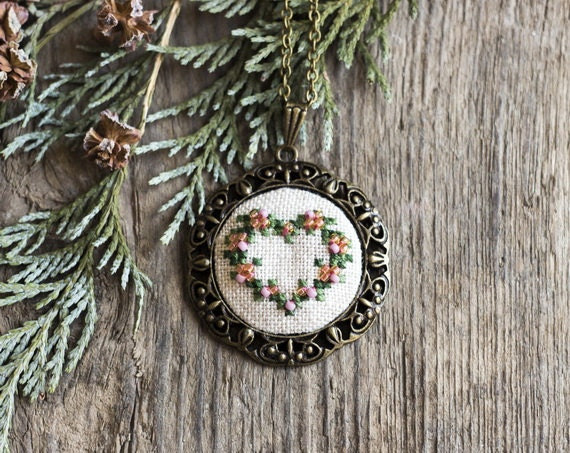 Christmas jewelry - wreath heart necklace - hand embroidered necklace - beaded necklace - gift for her - vintage style - skrynka