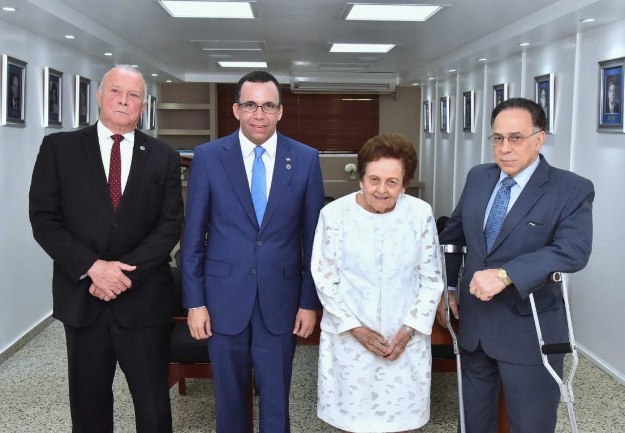 imagen Ministro Andrés Navarro de pie junto a directivos de la Asociación Dominicana de Rehabilitación