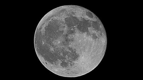 Fullmånen lyser spesielt sterkt når Månen er nær oss. (Foto: Trym Norman Sannes )