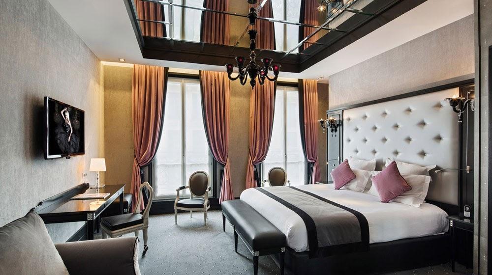 mobilier table miroir plafond chambre. Black Bedroom Furniture Sets. Home Design Ideas