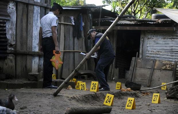 Polícia da Guatemala trabalha no local do crime onde 7 integrantes da mesma família morreram (Foto: AFP)