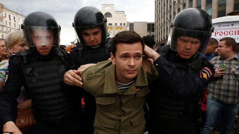 Ilya Yachine arrêté pendant la manifestation anti-corruption à Moscou ce lundi.