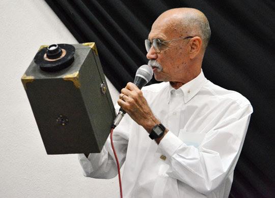 Itário Marques exibe câmera fotográfica produzida pelo pai dele há 100 anos | Foto: Notícias de Santaluz