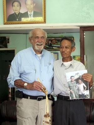 Ossos do braço perdido por Nguyen Quang Hung em 1966 são devolvidos a ele pelo médico que os amputou (Foto: AP)