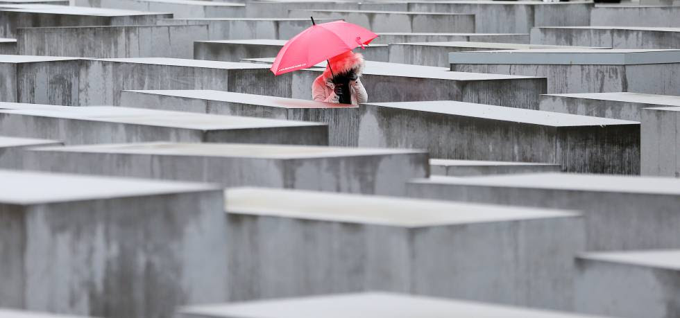 Una turista pasea el pasado febrero por el Memorial del Holocausto, en Berlín.