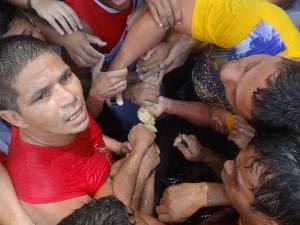 Após a procissão, fiéis disputam um pedaço da corda. (Foto: Gustavo Pêna/ G1 PA)