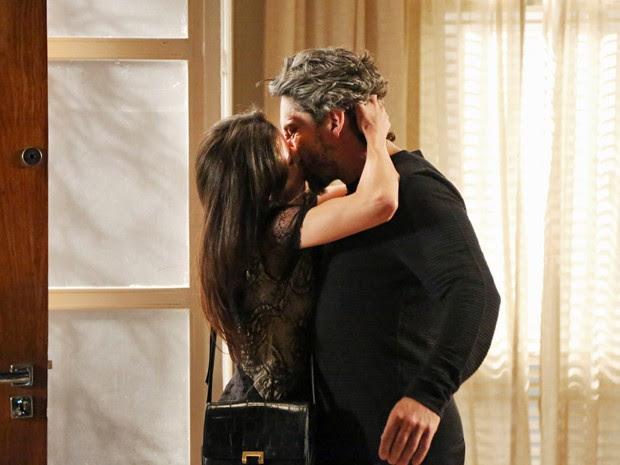 Cora mata a saudade de Zé com um beijaço (Foto: Carol Caminha/ Gshow)