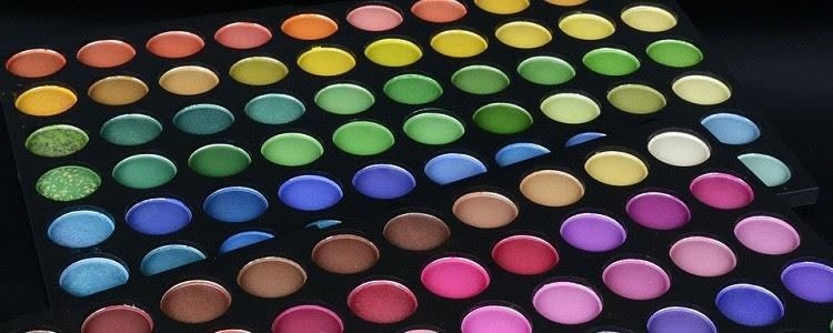 Paleta de maquiagem com sombras de diversas cores