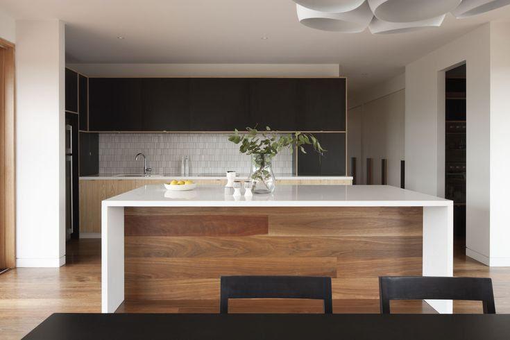 Cocina elegante en colores blanco, negro y madera