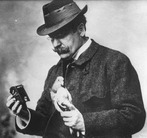 Archivo: Julius Neubronner con la paloma y la cámara 1914 cropped.jpg