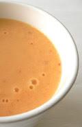 Smoothie aus Orange, Grapefruit, Apfel und Karotte, mit Buttermilch gemischt