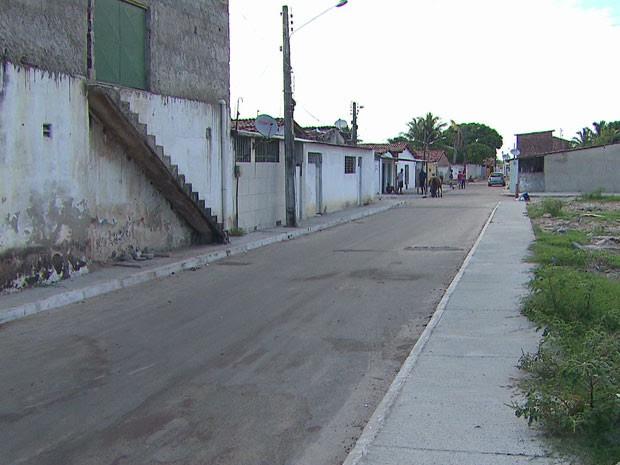 Rua onde menina foi atignida por bala perdida, no Grande Recife. (Foto: Reprodução / TV Globo)