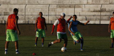 Sérgio China participou de treino recreativo com seus comandados / Alexandre Gondim/JC Imagem