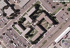 Visto de cima o prédio tem lembra um símbolo nada amigável às vitimas do holocausto.