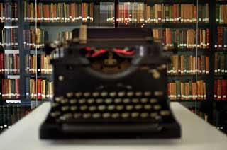 La máquina de escribir del poeta, expuesta en la Casa Pessoa. Al fondo, sus libros...