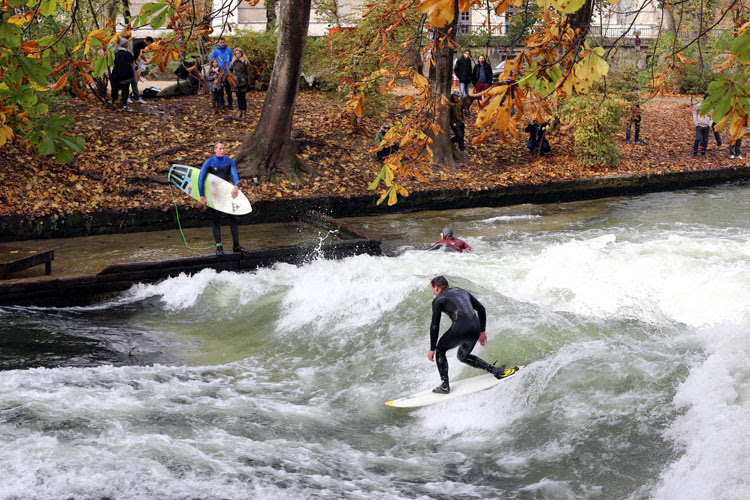 River surfing: the world is full endless fun and endless river breaks | Photo: Shutterstock
