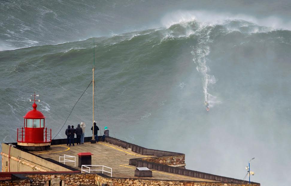 En surfista Garrett McNamara, en una ola gigante tratando de batir su propio récord, establecido en 2011, cuando cogió una ola de 24 metros.