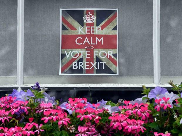 Cartaz da campanha pela saída do Reino Unido da União Europeia é colocado em uma janela em Chelsea, em Londres, nesta quinta-feira (23)   (Foto: Toby Melville/ Reuters)